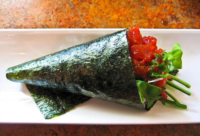 Spicy tuna roll by Ernesto Andrade