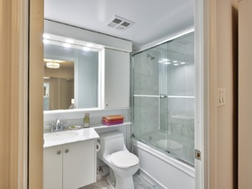 801baystreet1101staged6bathroom
