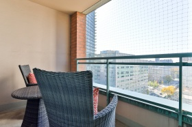 887_bay_street_1510_20_balcony